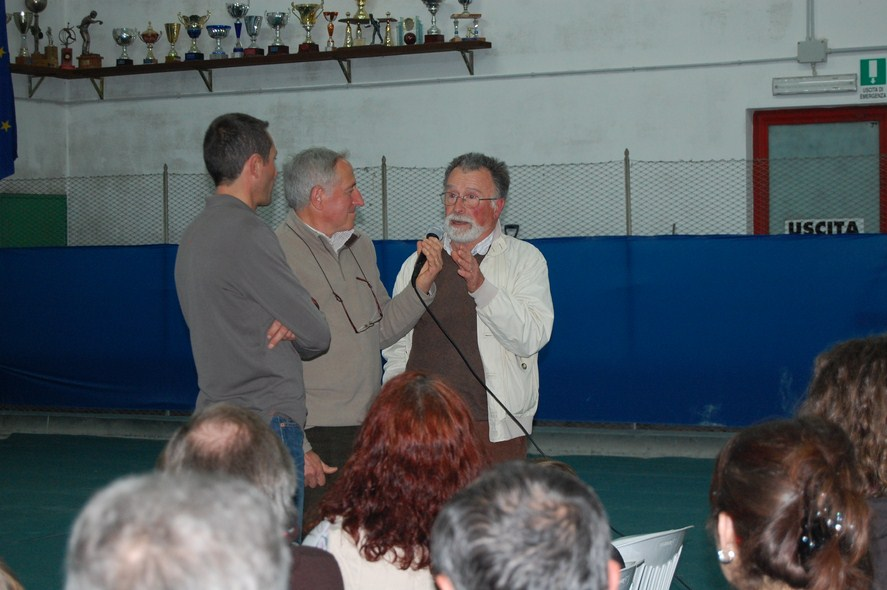 Da sinistra Luca Macchetto, il presidente della Pro loco Maurizio Alfisi e l'alpinista Nino Zappa