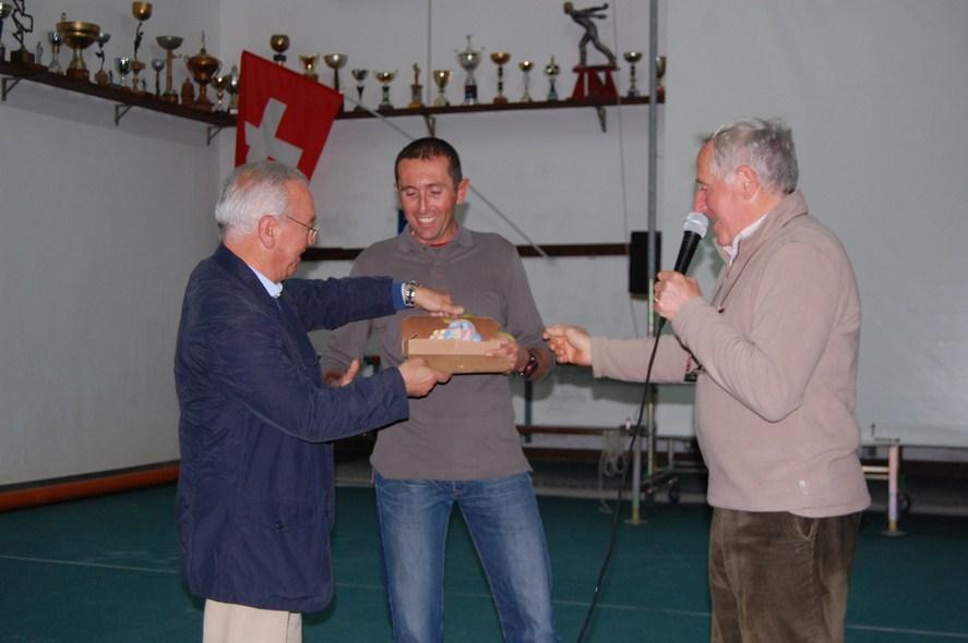 Il vice presidente della Pro Loco Filippo Deluca premia la guida alpina Luca Macchetto